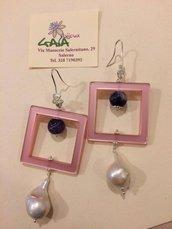 """Orecchini rosa in acrilico """"polaris"""", pallina in ametista e perla scaramazza pendente"""