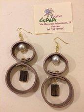 Orecchini in cuoio color marrone bronzato, perla swarovski e rettangolo in quarzo fumé