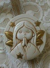 stampo medaglione con angelo in preghiera a rilievo cm. 9x10