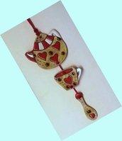 Teiera tazza e cucchiaino di ceramica uniti da cordoncino per decorazione murale manufatto
