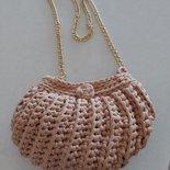 Mini Pochette a forma di conchiglia realizzata a uncinetto in fettuccia di lycra  ideale per l'estate