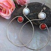 Orecchini wire a cerchio pendenti con filo di rame argentato e pietre dure di corallo bambù e howlite bianca