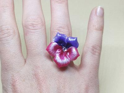 Anello pansè, anello viola del pensiero, anello porcellana fredda, anello violetta, anello fiore, anello regolabile, gioielli floreali