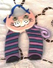 Gattino da appendere con nastro di ceramica manufatto decorato in rosa nero blu lilla