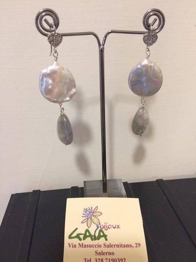 Orecchini con perla a moneta, goccia in quarzo grigio, monachella in argento a forma di cuore