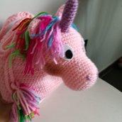 Zaino unicorno all'uncinetto di colore rosa, zaino bambina con nappine fatto a mano, unicorno rosa