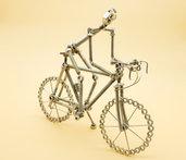 Bicicletta da corsa media in acciaio con ciclista bicicletta viti bulloni bici corsa scultura bici bici corsa acciaio bici bulloni