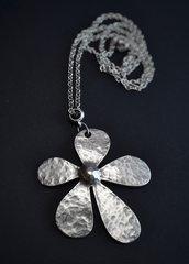 Collana con fiore martellato