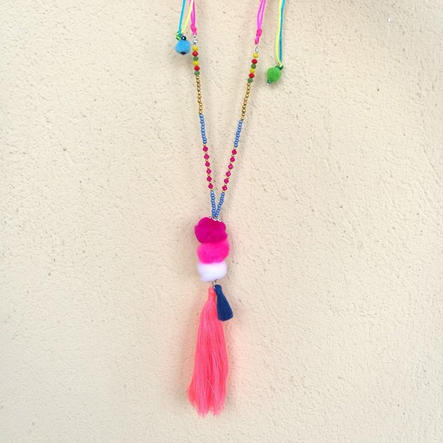 Collana linea Rainbow con frange e pompon