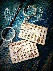 Coppia portachiavi calendario SAVE THE DATE in legno con incisione a fuoco personalizzata
