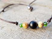 Collana uomo con perle in onice nero e agata colorata e cristallo verde. Finiture e moschettone in acciaio inossidabile.
