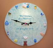 Orologio da parete  decorato in fimo con soggetti a tema nascita. Idea regalo.