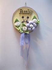 Bottone in legno fuoriporta con  fiori in tessuto color lavanda e bianchi