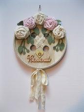 Bottone in legno fuoriporta con rose in tessuto fatte a mano