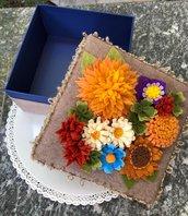 Scatola rivestita di feltro decorata con fiori di feltro