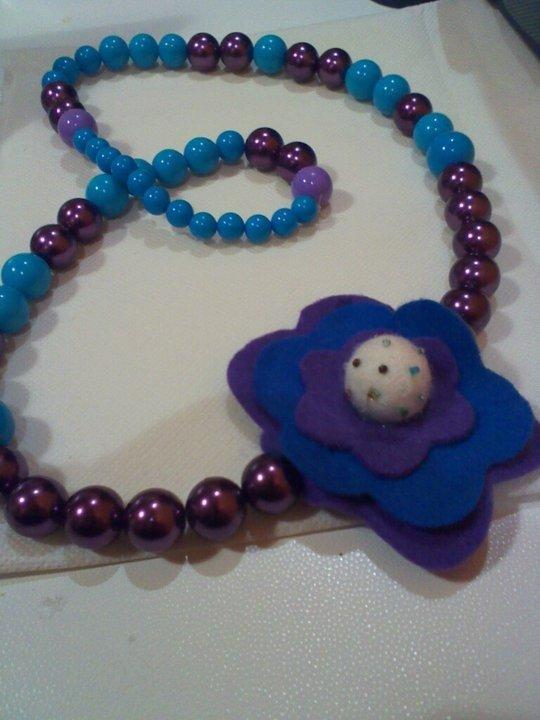 Collana viola ed azzurra con pannolenci