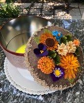 Scatola di latta rivestita di feltro decorata con fiori di feltro