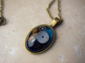 Collana in stile steampunk con ciondolo e cabochon in resina