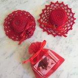 cappellini rossi all'uncinetto bomboniera laurea o cresima