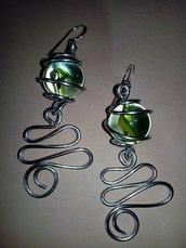 Orecchini wire filo di alluminio argentato e biglia di vetro colorata a spicchi