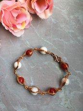 Bracciale wire con filo di rame e pietre dure di corallo rosso e howlite bianca