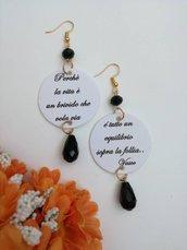 Vasco Rossi orecchini di carta pendenti con ciondolo a cerchio in bianco nero e citazione di una famosa canzone di vasco