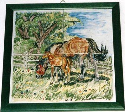 Quadro artigianale di maiolica con cavalla e puledro nel recinto erba e albero in 4 piastrelle incorniciate
