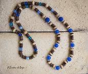 Collana lunga con onice blu e perline in legno pirografate