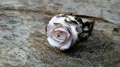 Anello rosa bianca modellata a mano in pasta polimerica bronzo
