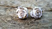 Orecchini  a lobo rose bianche modellate a mano pasta polimerica