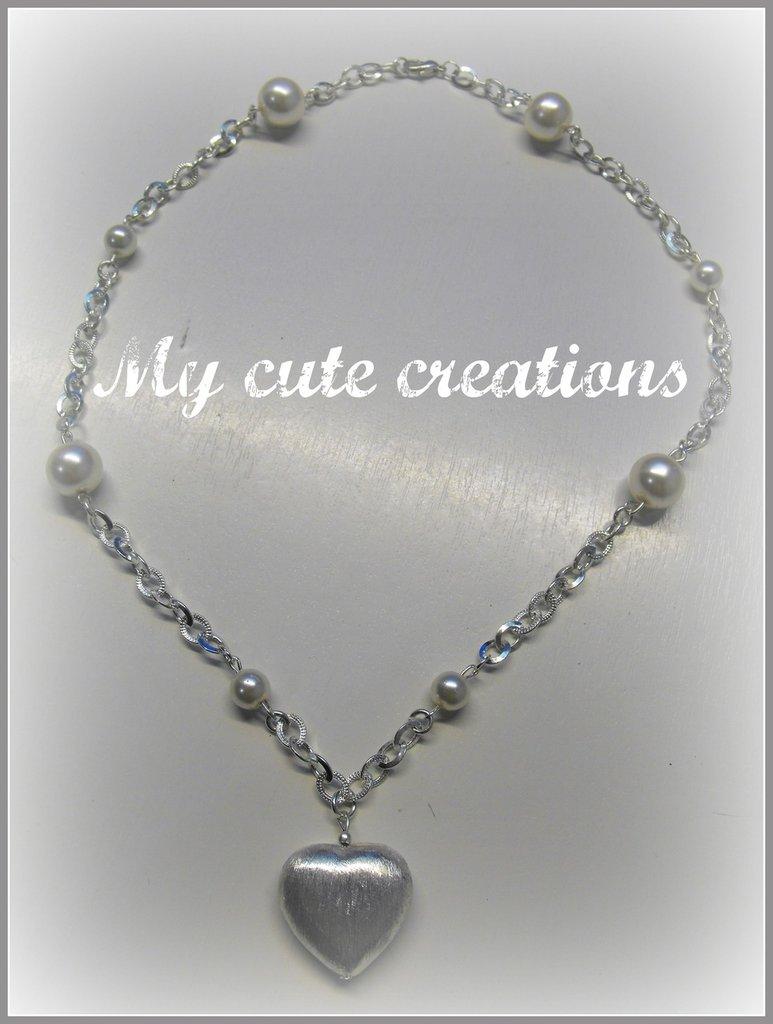 Collana con cuore pendente e perline bianche