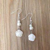 Orecchini in perline bianche con roselline fatti a mano