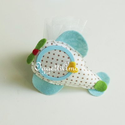 Colorate cornicine in feltro e cotone per le bomboniere della vostra bambina: originali aeroplanini per la sua foto!
