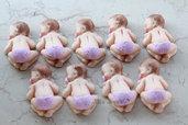 bebè che dorme in fimo con pannolino colore rosa