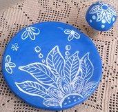 Piattino rotondo porta bottiglia di vino con tappo a calotta di ceramica azzurra graffita di bianco