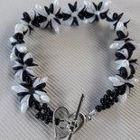 Il braccialetto bianco e nero