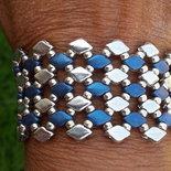 Il braccialetto argento e blu