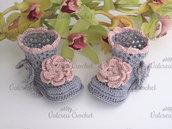 Scarpine neonata uncinetto stivaletti grigi fiore rosa antico cotone idea regalo nascita baby shoes crochet handmade