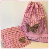 Sacchetto asilo in cotone rosa a fiorellini con farfalla marrone a pois applicata e busta coordinata