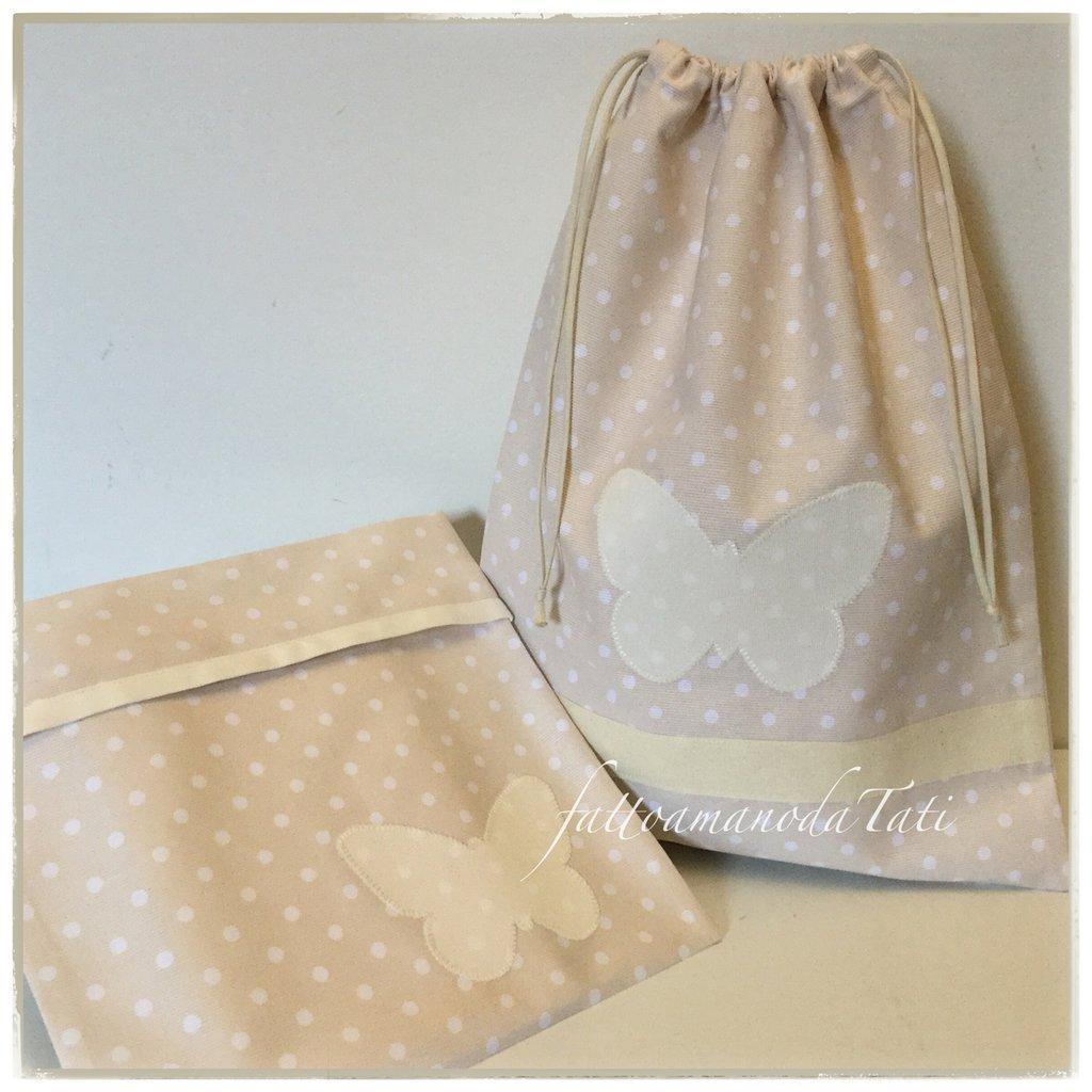 Sacchetto asilo in cotone color tortora a pois bianchi con farfalla bianca applicata e busta coordinata
