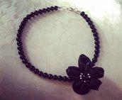 Collana di perle nere con fiore nero argento