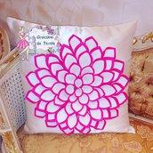 Cuscino con fiore sollevato