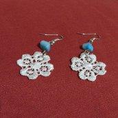 Orecchini  fiori bianchi in cotone e madreperla azzurra