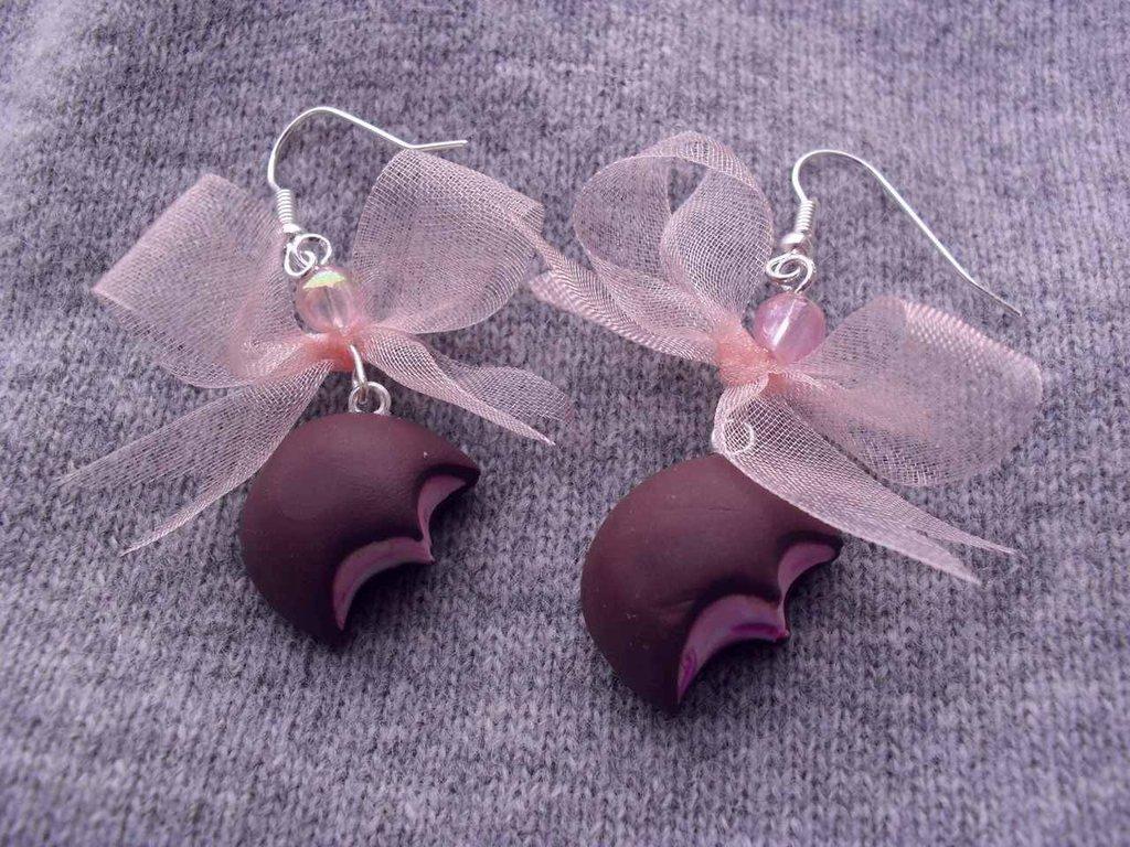 Orecchini pendenti in Fimo con cioccolatino ripieno morsicato