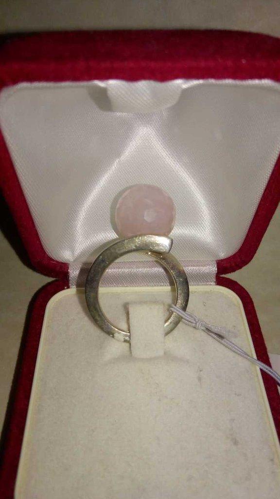 Anello argento con pietra quarzo rosa.