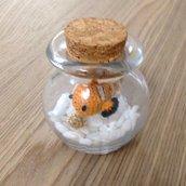 Pesciolino Nemo amigurumi in boccia di vetro, fatto a mano all'uncinetto
