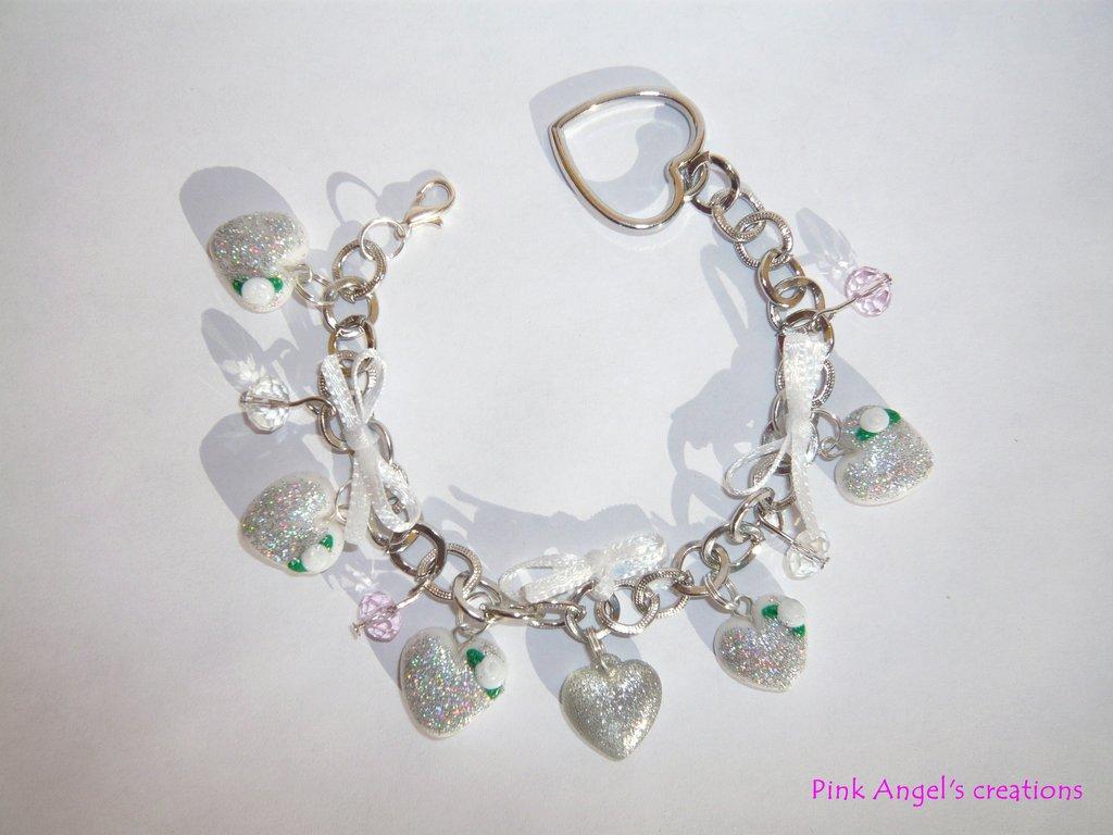 Bracciale cuoricini argentati con roselline bianche