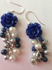 Orecchini pendenti con rosa blu