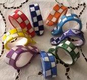 Porta tovaglioli quadrettati di ceramica manufatti di vari colori a forma di cerchio con gancio