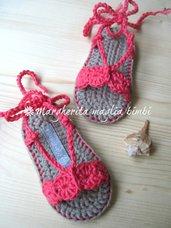 Scarpine neonata/sandali uncinetto cotone corallo con laccetto alla caviglia - fatti a mano